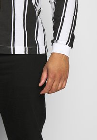 Another Influence - VERTICAL STRIPE PLUS - Long sleeved top - grey/white - 5