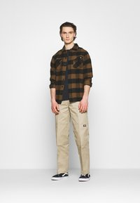 Dickies - NEW SACRAMENTO - Camicia - brown duck - 1