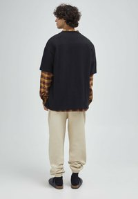 PULL&BEAR - T-shirt con stampa - mottled black - 2