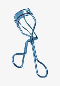 Tweezerman - BELL BOTTOM BLUE CLASSIC LASH CURLER - Zubehör Augen-Make-up - blue - 0