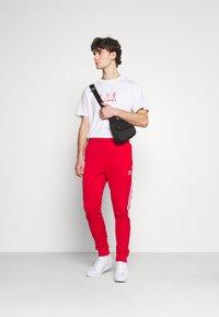Night Addict - NAPIRATE - T-shirt med print - white - 1