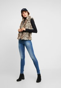 ONLY - ONLMILEY WAISTCOAT - Veste sans manches - pumice stone - 1