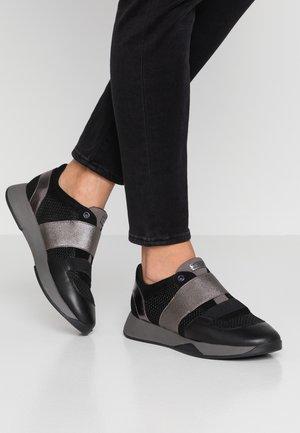SUZZIE - Nazouvací boty - black