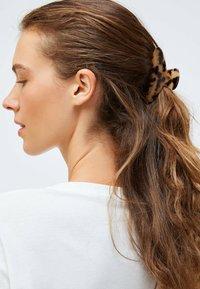 OYSHO - TORTOISESHELL-EFFECT - Hair styling accessory - beige - 3