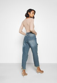 Missguided Petite - RIOT HIGH RISE RIPPED MOM AUTHENTIC - Jean boyfriend - blue - 2
