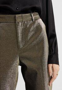 Allen Schwartz - ABBEY METALLIC CROPPED PANT - Pantalon classique - gold - 4