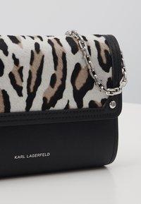 KARL LAGERFELD - IKON LEO POCHETTE ON CHAIN SET - Wallet - white - 6