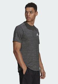 adidas Performance - M HT EL TEE - T-shirt z nadrukiem - black melange - 2