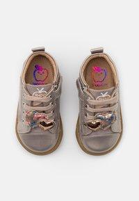 Shoo Pom - BOUBA HEART - Chaussures premiers pas - gris/cooper - 3