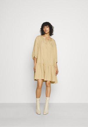SLAMOLI DRESS - Denní šaty - warm sand