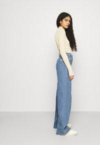Calvin Klein Jeans - WIDE LEG - Široké džíny - denim medium - 4