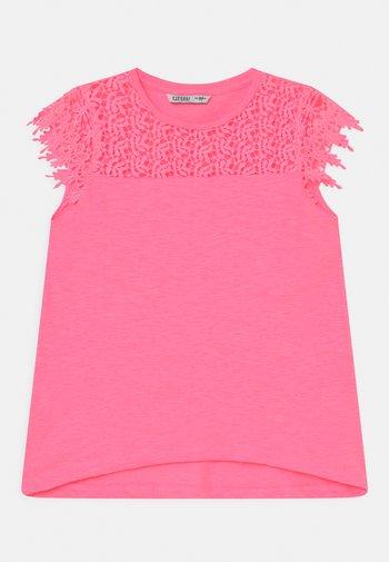 CUCUMBER - T-shirt con stampa - pink