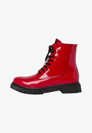 BOOTS - Kotníkové boty na platformě - red patent