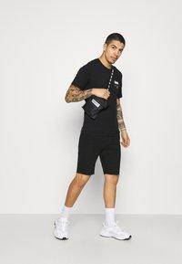 Levi's® - HOUSEMARK GRAPHIC TEE UNISEX - Print T-shirt - left chest batwing caviar - 1