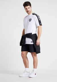 New Era - NFL OAKLAND RAIDERS OVERSIZED SHOULDER PRINT TEE - T-shirt med print - black - 1