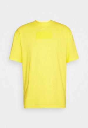 SMALL SIGNATURE BOX TEE UNISEX  - Print T-shirt - yellow