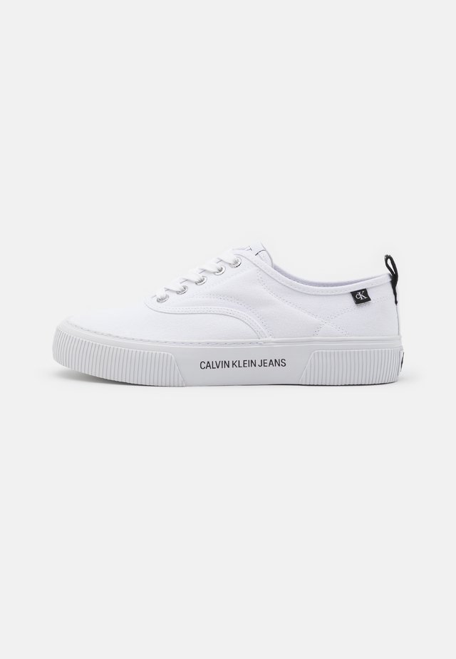 VULCANIZED SKATE OXFORD - Trainers - bright white