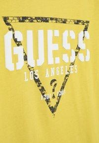 Guess - JUNIOR  - Print T-shirt - gold rush yellow - 3