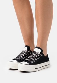 Converse - CHUCK TAYLOR ALL STAR ARCHIVE PLATFORM - Zapatillas - black/light fawn/egret - 0