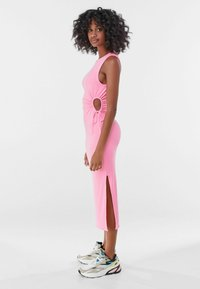 Bershka - MIT CUT-OUTS AN DER SEITE - Jersey dress - pink - 1