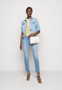 Versace Jeans Couture - LADY - T-shirt z nadrukiem - optical white - 1