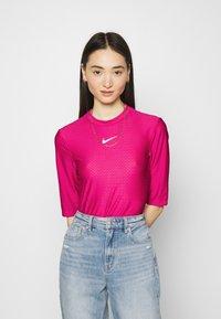 Nike Sportswear - T-shirts med print - fireberry/white - 0