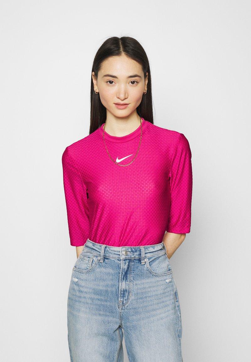 Nike Sportswear - T-shirts med print - fireberry/white