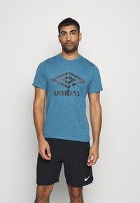 Umbro - LARGE LOGO TEE - Printtipaita - blue sapphire marl - 0