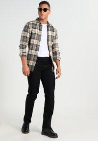Wrangler - TEXAS STRETCH - Straight leg jeans - raven - 1