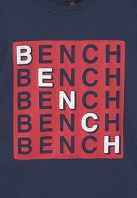 Bench - CHECK - T-shirt z nadrukiem - navy - 2