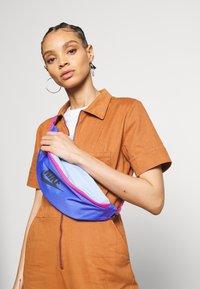 Nike Sportswear - HERITAGE UNISEX - Bum bag - sapphire/cosmic fuchsia/iron grey - 1