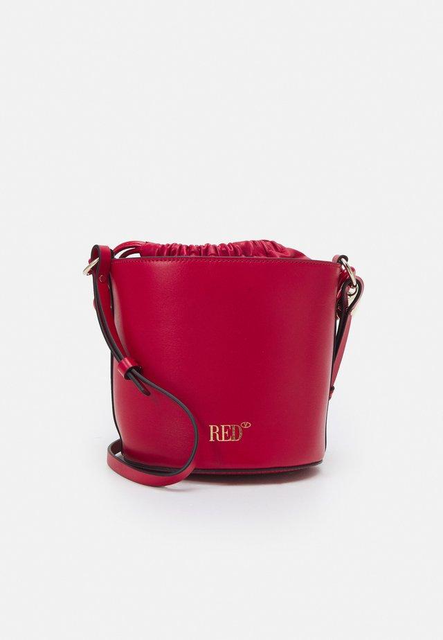 BUCKET BAG - Håndveske - cherry