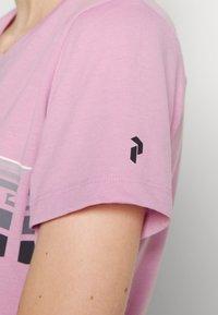 Peak Performance - EXPLORE TEE - T-shirt med print - statice lilac - 4