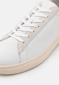 Clae - BRADLEY - Sneakersy niskie - white/mykonos blue - 5