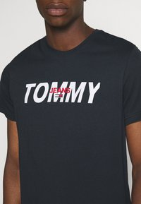 Tommy Jeans - LAYERED GRAPHIC TEE  - T-shirt con stampa - twilight navy - 4