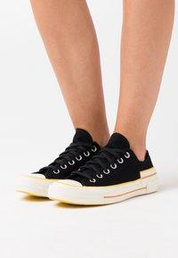 Converse - CHUCK 70 HACKED HEEL - Sneakers basse - black/speed yellow/egret - 0