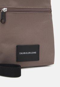 Calvin Klein Jeans - MICRO FLATPACK UNISEX - Bandolera - dusty brown - 3