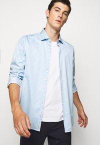 Michael Kors - BOLD STRIPE EASY CARE SLIM - Shirt - light blue - 3