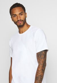 Levi's® - AUTHENTIC CREWNECK TEE - T-shirt basic - white - 3