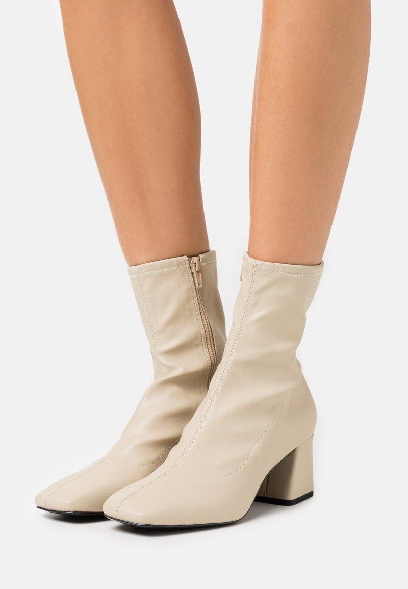 Monki - VEGAN LEIA BOOT - Støvletter - beige