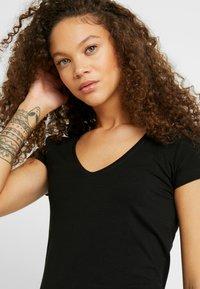 Anna Field Petite - 2 PACK - Basic T-shirt - black/white - 4