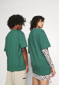 Jack & Jones - JORTOBIAS TEE CREW NECK CHEST UNISEX - Basic T-shirt - trekking green - 3