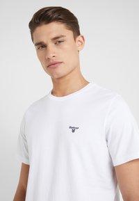 Barbour - LOGO  - Jednoduché triko - white - 3