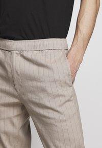 Theory - GRAHAM ALARO STRIPE - Pantalon classique - beige stone - 3