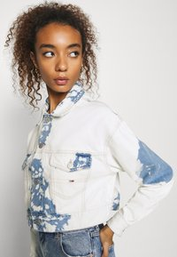 Tommy Jeans - EXTRA CROPPED - Giacca di jeans - cloudy light blue rigid - 4