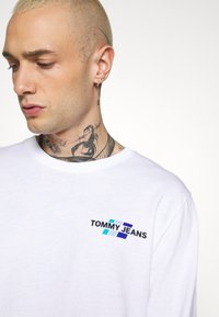 Tommy Jeans - BACK MOUNTAIN GRAPHIC TEE - Maglietta a manica lunga - white - 3