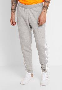 adidas Originals - STRIPES PANT UNISEX - Teplákové kalhoty -  grey heather - 0