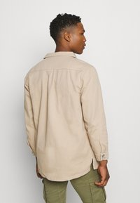 Mennace - AFTERMATH DOUBLE POCKET - Camisa - beige - 2