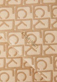 Calvin Klein - SHOPPERLAPTOP POUCH RAFFIA SET - Torba na zakupy - beige - 4