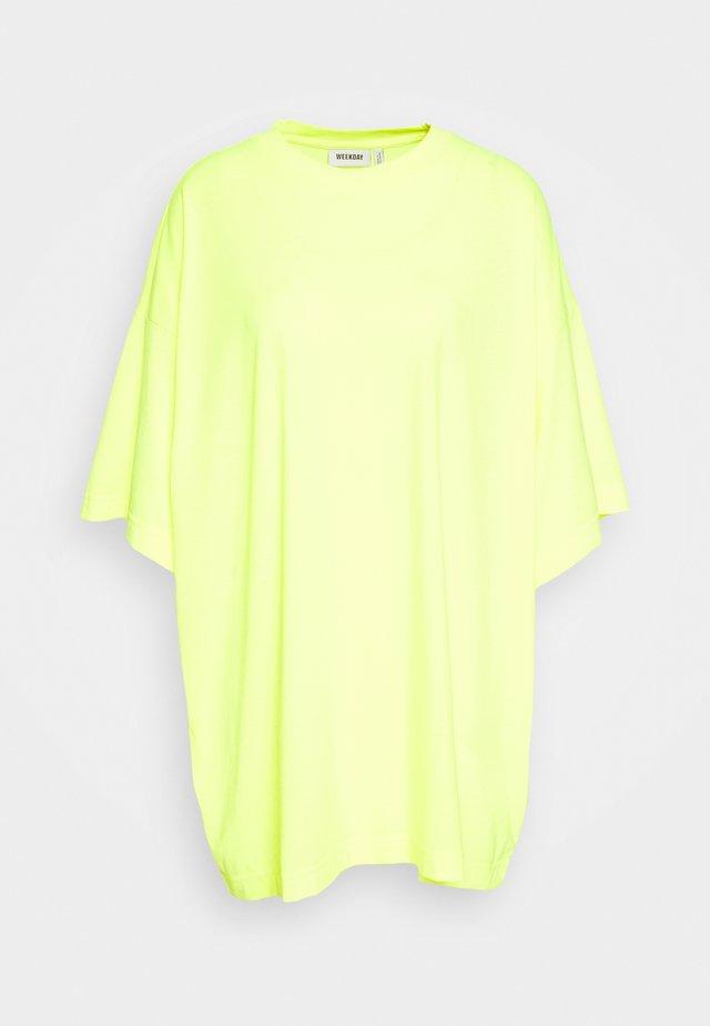 HUGE - T-Shirt basic - bright yellow
